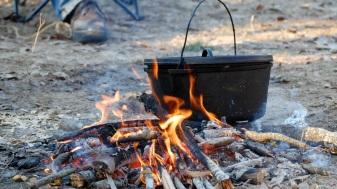 dutch-oven-apilar-horno-holandes-cocina-campista-campfire-cooking-receta-camping2-fuego-apartee1